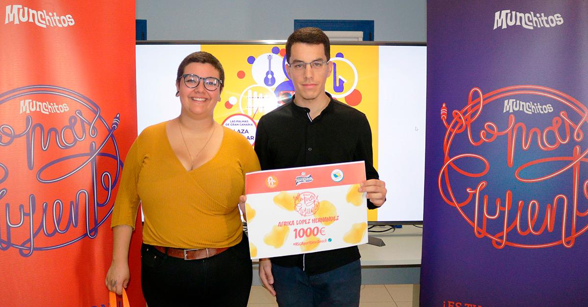 Áfrika López, ganadora del concurso, y Brian Trujillo, responsable de Comunicación y Marketing Digital de Aperitivos Snack_Prensa